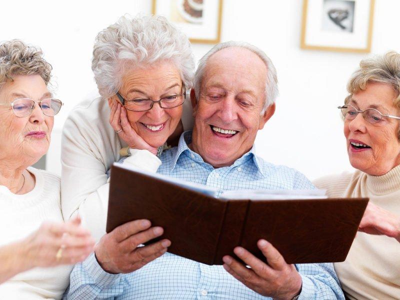 ηλικιωμένοι άνθρωποι